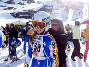 Anna Kling får hjälp av mamma Karin att justera fartdräkten vid starten uppe i Stendalen. Anna körde tävlingsklassen där storasyster Kajsa redan kört in på andra plats, efter Nike Bent, Funäsdalen.