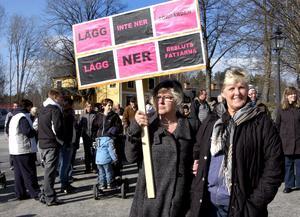 Demonstration. Omsorgsnämndens beslut att lägga ner ålderdomshemsdelen i Sörgården upprör invånarna. Ulla Werdin och Gunilla Lindén var en av många plakathållare under fjolårets demonstration.ARKIVBILD: BIRGITTA SKOGLUND