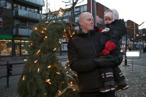 Daniel Östlin och Lilja, 3 år var ute i god tid. Detta var deras första julgransplundring.