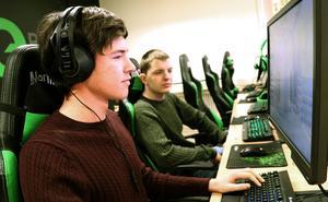 Emil och Lukas utgör två tredjedelar av UF-företagaet Sports-IT som tillsammans med Bobergs e-sportförening  står bakom de båda projekten.