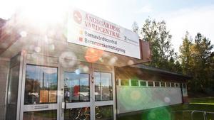 Ängsgårdens vårdcentral får fortsätta i sina lokaler på Österängsvägen på obestämd framtid.