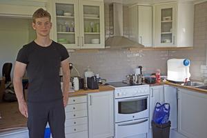 Simon i köket som renoverats.