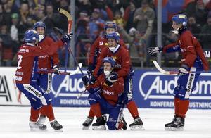 Petteri Lampinen, Palle Rönnkvist, Jonas Edling, Per Hellmyrs, Nikolaj Jarovitj och Daniel Liw jublar efter Edlings 5–5 på straff i den andra halvleken.