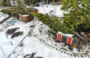 Stormen Alfrida har inte gått någon obemärkt förbi. Frivilliga Resursgruppen kallades in av Norrtälje kommun för att bland annat hjälpa till att hålla Rådmansö sporthall öppen för behövande. Foto: Henrik Ismarker/Spillersboda flygfoto