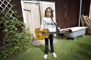 Freja Herzman, 7 år, hittade en fin gitarr på loppisen på logen. Den har länge funnits på hennes önskelista.