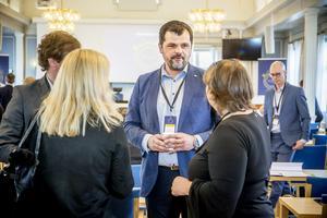 Oliver Dogo, vd Handelskammaren, i samspråk med företagare vid Näringslivsparlamentet i Härnösand.