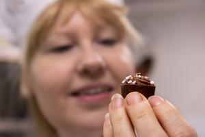 Louise Öbrink är chokladmästaren som i tolv år har tillverkat chokladpralinerna till Nobelbankettens efterfest.