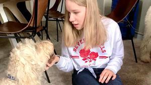 Elsa och terapihunden Livia. Foto: Privat