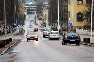 Foto: Kjell Jansson.Svärdsjögatan tillhör en av de gator som har slitits hårdare än förväntat.  Under de närmaste veckorna kommer därför beläggningsåtgärder genomföras.