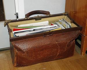I den gamla doktorsväskan finns Marks samling av fanzines, tidningar i små upplagor.