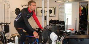 Med gym och motionscyklar hemma blir det mycket träning för Andreas Ringvall.