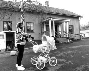 Det blev trångt på dagis också. På bilden  Viveca Andersson med Eddie Henriksson i vagnen.