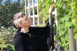 """Kottarna från humle kan användas i örtte, där det har en milt lugnande effekt. """"Man kan också lägga lite i kudden så sover man bättre"""", säger Emma Kronborg."""