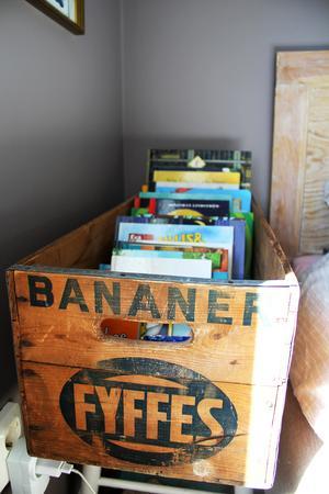 Gammal trälåda förvarar böcker.