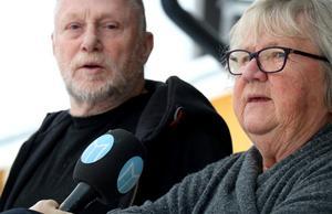 Grannarna Leif och Birgitta vaknade av en bil körde in och vände på vägen vid halv tre-tiden på onsdagsmorgonen.
