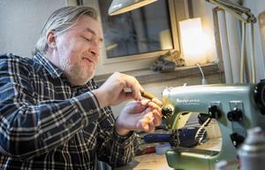 Emil Olsson tog över Singerbutiken i fjol. Nu driver han Sundsvalls skrädderi på samma adress och lagar symaskiner.
