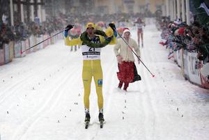 Tore Björseth Berdal sträcker armarna i luften vid målgång.