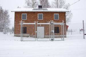 Här är ett av Ockelbos totalt åtta vattenverk. Detta, Säbyggeby vattenverk, ligger på Byvägen intill Norra Åsgatan, någon kilometer norr om Ockelbo centrum.