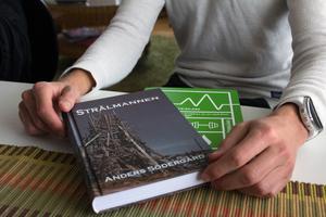 """Anders Södergård beskriver sin första bok Strålmannen som en allvarlig bok om cancer men med mycket humor. """"Det är verkligen ångest där det är ångest. Men det kommer ofta någon humoristisk kommentar. Sorg och skratt ligger väldigt nära varandra""""."""