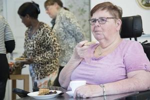 Ingrid Gustavsson njuter av efterrätten som var helt vegansk.
