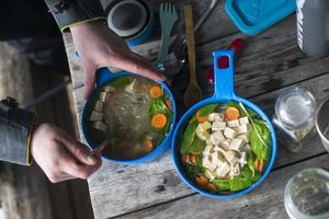 Vill du att maten ska hålla värmen bättre så använd tallrikar i annat material än plast.