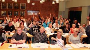 Ingvar Smedjegård, på första raden i mitten, var aktiv inom politiken i Timrå tills för fyra år sedan. I slutet av den politiska karriären skrev han en motion men svaret har dröjt – länge.