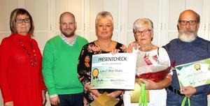 Agneta Fahleson Ericsson, Hyresgästföreningen, Matts Hammarqvist, vice ordförande i Tunabyggens styrelse, Terese Olsson som nominerat vinnarna, och vinnarna Lena och Börje Hedén.Foto: Tunabyggen