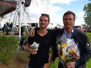 Börs Erik Eriksson, sportchef och ishockeysektionens ordförande, tillsammans med lagkaptenen Emil Knuts tog emot priset under publikens jubel.