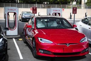 Inte alla har råd med en ny elbil men i takt med att bensinpriserna stiger blir det allt mer lönsamt att bygga om sin bilmotor för etanoldrift. Foto: TT