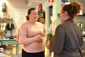 Många svänger in på Backlunds skor för ett samtal. Här Marit Norin med blommor i sin hand.