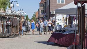 Människor uppskattar att Svegs centrum får liv tack vare marknadsdagarna.