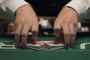 Det verkar pågå ett pokerspel där Peter Springare och hans chefer blänger ilsket på varandra.
