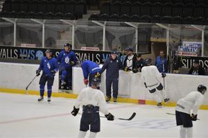 Sundsvall Hockeys nysatsningen är igång. Här går spelarna på is under A-lagets ispremiär.