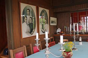 Salen pryds av bilder av barnen till Anders Henrik Göransson. Bland andra Sigrid Göransson, Karl Fredrik Göransson (den siste ur familjen som styrde Sandvik) och Gustav Giertz:s mormor Greta Koraen, född Göransson.
