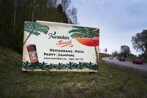 Det kommunens ansvariga kan råda över är att direkt ta bort reklamskylten om Tranviken som möter oss alla när man kommit över till Alnösidan, skriver Ewa Eriksson.