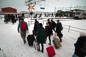 Nästan två timmar försenade kom resenärerna från Sundsvall till Hudiksvalls station, där tåget mot Stockholm väntade.