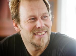 Kristofer Berg tröttnar aldrig på turridningarna. Just nu bygger han en tränings-oval.