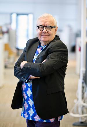 Köpingsbon och bokförläggaren Karl Beijbom erhöll Stora Journalistpriset som redaktionschef på Arbetaren och har också varit kulturchef på Göteborgs-Posten. Numera skriver och reflekterar han på kultursidorna.