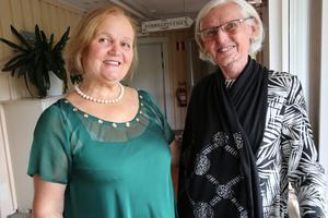 Sångerskan Raisa Birnaz är på besök hos Birgit Stenberg på Sollerön.