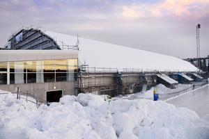 Den snö som nu ligger på taket måste troligen skottas bort innan det nya taket kan sättas på plats. Ett alternativ är att vänta till i april men då blir det en vinter med skottning av taket. Något som brukar kosta runt en miljon kronor.