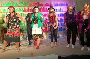 Det är full fart på scenen när Kodur-ensemblen bjuder på revy i Gårdtjärn för 36:e året i följd.