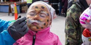 Stina Persson fick gå hem från Valskogsdagen som en leopard. Cirkus Uthopia målade. Som var sponsrade av Perssons delikatesser.
