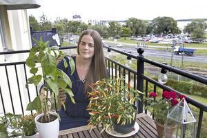 Malin har utsikt mot Mälaren, både inne i lägen- heten och på balkongen.