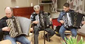 Från vänster ser vi Rune Eriksson, Bosse Eklund och Elias Persson, som passade på att rent spontant bjuda på några svängiga melodier efter genomfört årsmöte.  Foto: Christer Lilliehöök