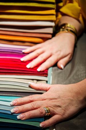 Annelie har sitt kontor på köksön i köket. Där får tyger och färgprover ta plats.