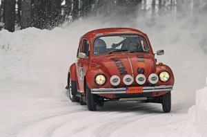 """Peo Berglund körde fort i sin gamla VW-""""bubbla"""" och knep segern i Historiska cupen, kategorin 1972-75. FOTO: NICLAS ALFREDSSON"""