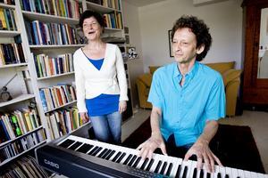 Lena Lindell och Bo Lindell repeterar en sång inför en spelning 2011. Foto: Paola N Andersson