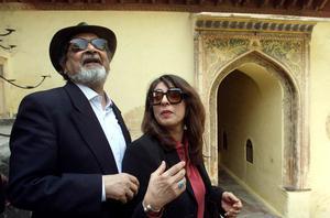 V S Naipaul med hustrun Nadira. Bilden är från en litteraturfestival i Indien 2002. Bild: Manish Swarup/AP/TT