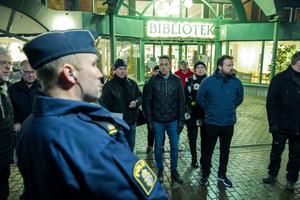 Kommunpolis Stefan Zäll ledde trygghetsvandringen i Söderhamns centrum.