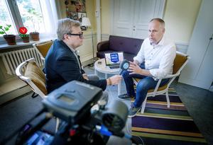 Jonas Sjöstedt (V) svarar på Mittmedias tittarfrågor. Klas Leffler håller mikrofonen.